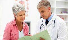 доктор говорит с пациентом
